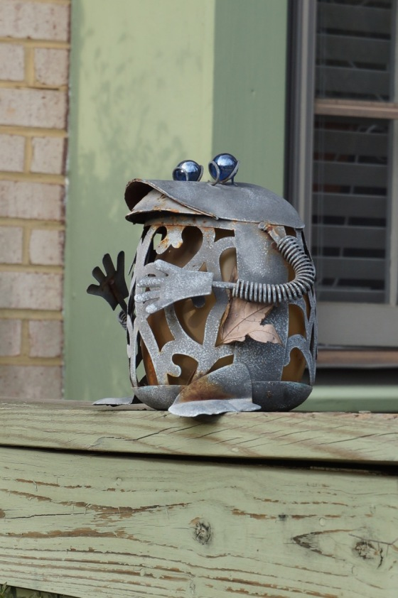 Frog wildlife statue