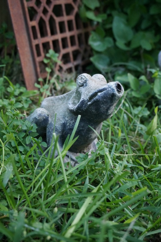 Frog fountain wildlife statue
