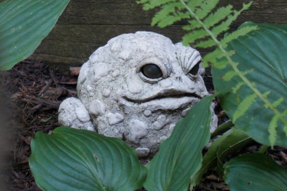 toad wildlife statue