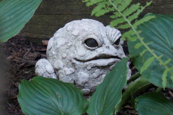 toad wildlife statue